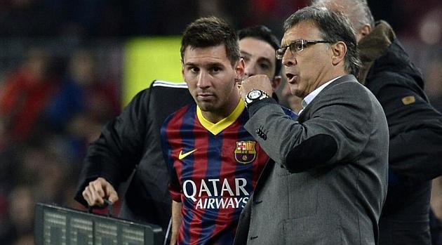 Martino da instrucciones a Messi / AFP