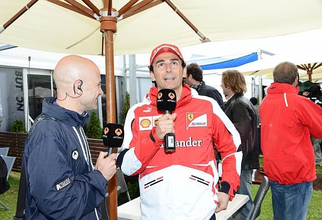 Antonio Lobato y Pedro de la Rosa, piloto reserva de Ferrari, en la calificación en el circuito de Albert Park, durante el G.P. de Australia en Melbourne, el 15 de marzo de 2013. FOTO: RV RACING PRESS