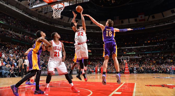 Los mejorados Lakers de 'Mr. Doble-doble' Gasol no evitan la derrota con final pol�mico inclu�do