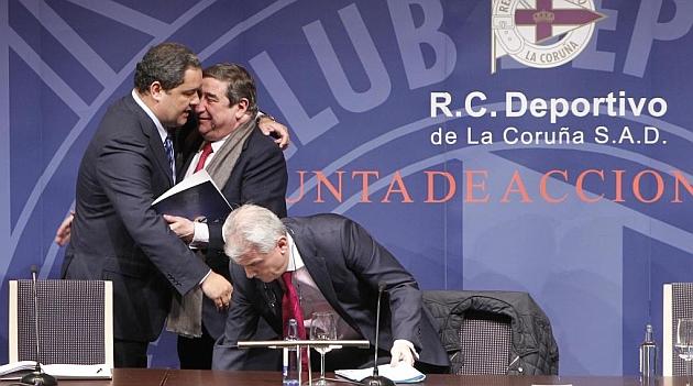 Tino Fernández se abraza con Lendoiro / AMADOR LORENZO (MARCA)