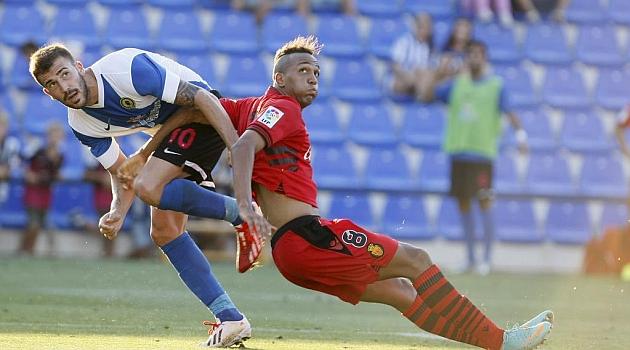 Dioni pelea con Nsue por el balón en el partido frente al Mallorca / Manuel Lorenzo (Marca)