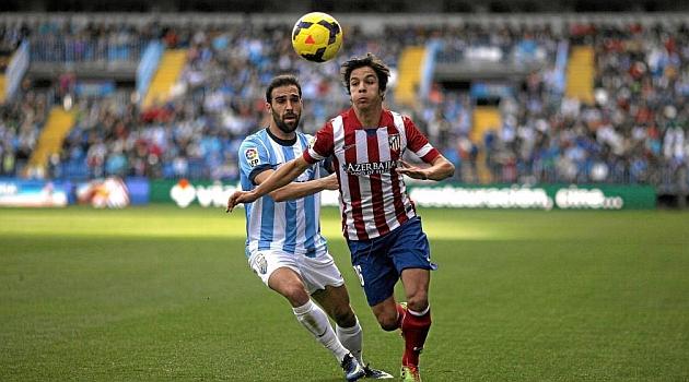 Óliver trata de controlar un balón ante Jesús Gámez / REUTERS