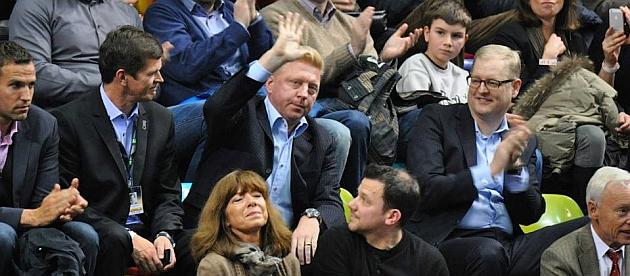 Boris Becker saluda al público desde la grada / RFET