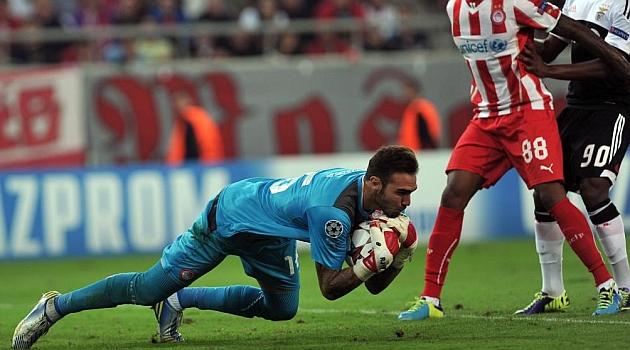 Roberto atrapa un balón en un partido del Olympiacos / AFP