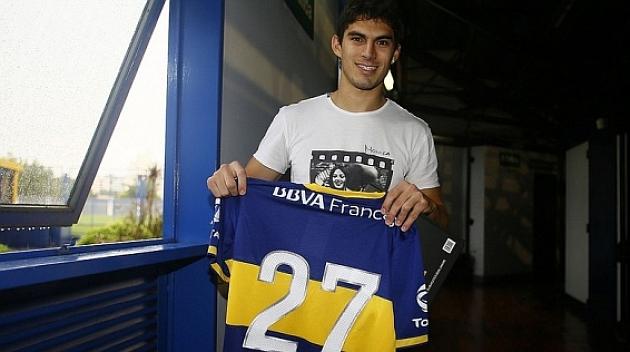 Diego Perotti posa con la camiseta de su nuevo equipo. BOCA JUNIORS
