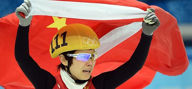 Jianrou Li pasea la bandera china tras su victoria / RTRPIX