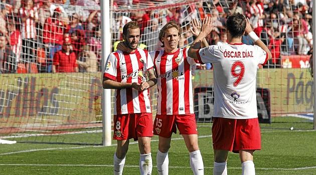 Corona celebra una victoria del Almería con Aleix Vidal y Óscar Díaz / CURRO VALLEJO (MARCA)