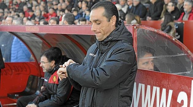 Oltra mira su reloj en la banda de Anduva en su último partido con el Mallorca / Lino González (Marca)