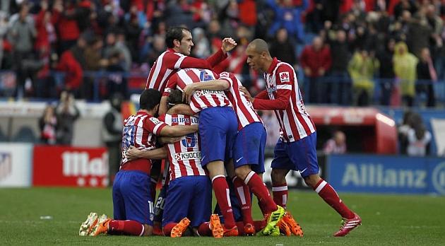 El Atl�tico celebra uno de los goles contra el Madrid / BEATRIZ GUZM�N (MARCA)