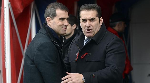 Garitano y Sandoval se saludan antes del partido en Ipurua / Josune Mart�nez de Albeniz (Marca)