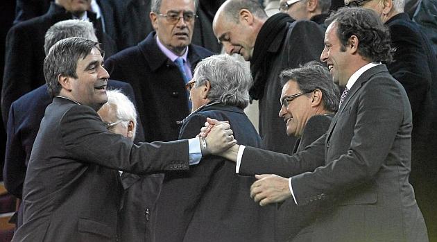 Cardenal saluda a Rosell en un partido del Barcelona. / FRANCESC ADELANTADO (MARCA)