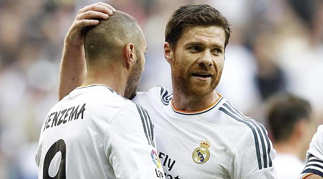 Benzema y Xabi Alonso celebran un gol del Madrid / �NGEL RIVERO (MARCA)