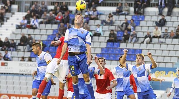 Edgar salta de cabeza en el partido ante el Murcia / Joma (Marca)