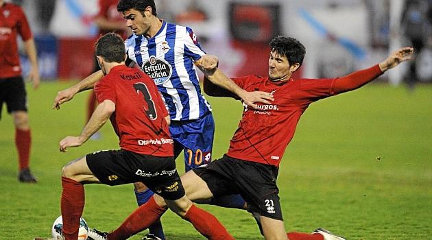 Koikili, de espaldas, en el partido ante el Deportivo / Lino González (Marca)