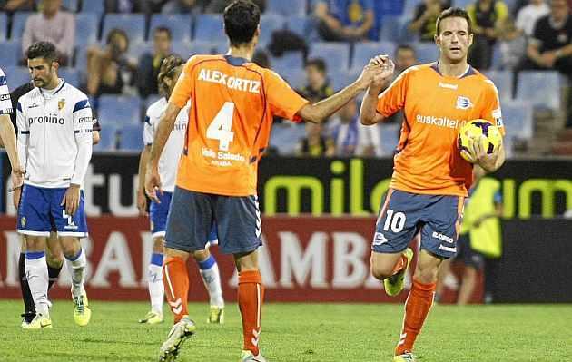 Viguera celebra uno de sus goles en La Romareda. / Toni Gal�n