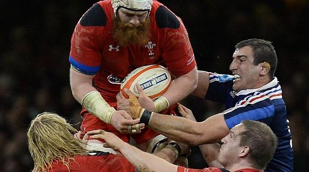 El galés Jake Ball conquista el oval en el partido ante Francia disputado en Cardiff / AFP