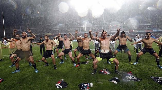 Los jugadores de Nueva Zelanda celebran el t�tulo en Hong Kong con su haka / REUTERS