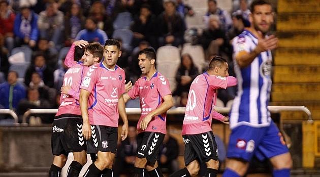 Los jugadores del Tenerife celebran el gol del empate en Riazor / Amador Lorenzo (Marca)