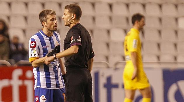 Luisinho se dirige al colegiado Figueroa Vázquez después de ser expulsado / Amador Lorenzo (Marca)