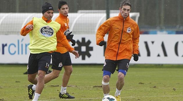 Luisinho y Rabello, con gorro, durante un entrenamiento en Abegondo / Amador Lorenzo (Marca)