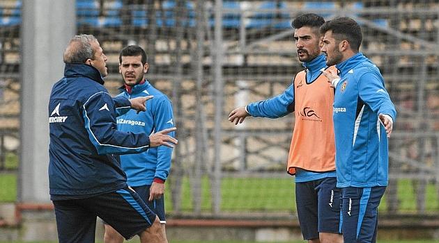 Víctor charla con Álvaro y Cidoncha en el entrenamiento de este miércoles / Toni Galán (Marca)
