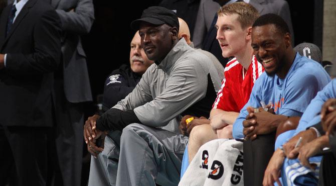 Michael Jordan vuelve a jugar unos playoffs de la NBA, Irving mete 44 y triunfa el acento venezolano