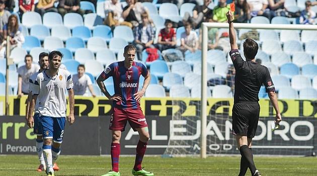 Munuera Montero muestra la tarjeta roja a Arzo ante el Eibar / Toni Galán (Marca)