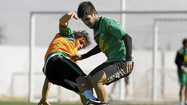 Carles Gil, junto a Rivera en un entrenamiento del Elche. / MANUEL LORENZO (MARCA)