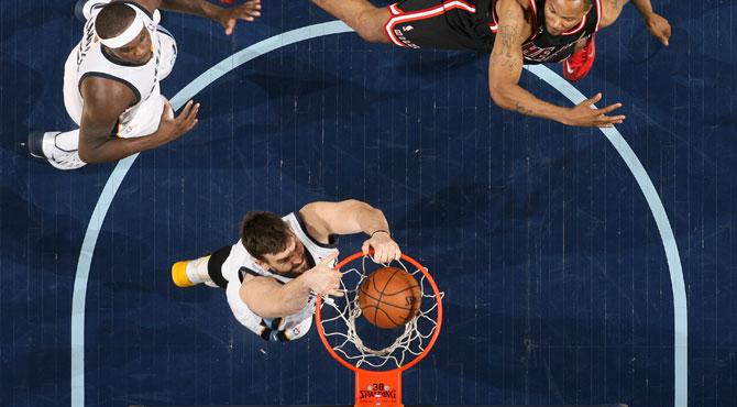 LeBron se estrella contra 'El Muro' espa�ol de la NBA