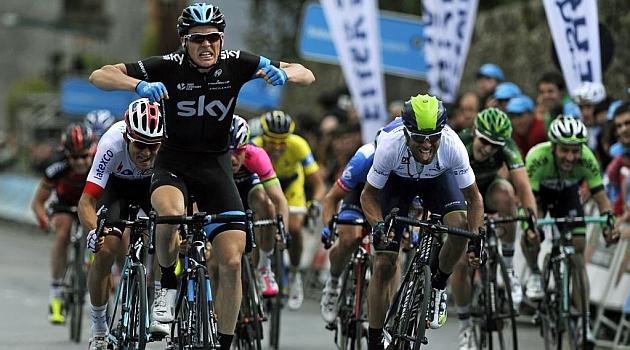 Ben Swift celebra la victoria por delante de Alejandro Valverde. AFP