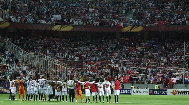 Los jugadores del Sevilla celebran el triunfo con un público entregado. R.NAVARRO