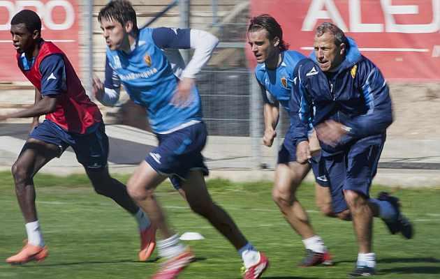 Víctor Muñoz corre junto a sus jugadores. / Toni Galán