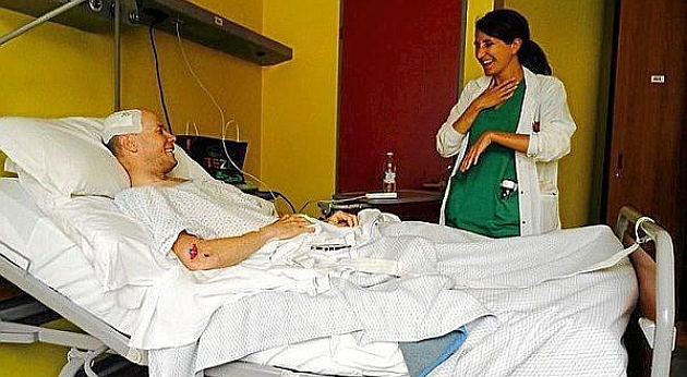 Chris Horner sonr�e junto a una de las enfermeras del hospital. FOTO: Lampre-Merida
