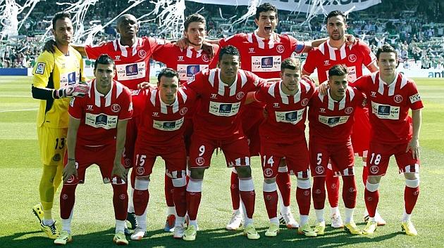 El equipo del Sevilla posa antes de empezar el derbi. ÍÑIGO HIDALGO