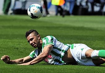Rub�n Castro, en el suelo durante el partido contra el Sevilla. KIKO HURTADO
