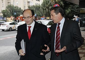 José Castro y José María Cruz charlan antes de la última Junta del Sevilla. R.NAVARRO