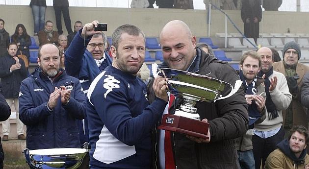 Javier Gonz�lez Cancho entrega un trofeo al capit�n del VRAC / Foto C�sar Minguela