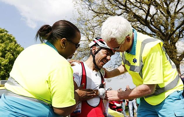 Las asistencias médicas de la Amstel Gold Race tratan a Purito Rodríguez. / Afp