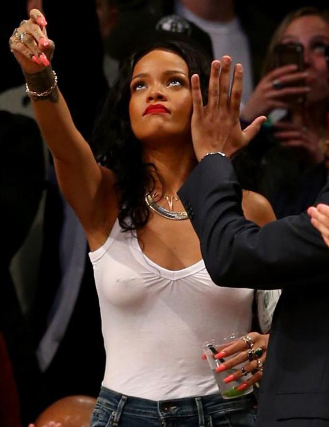 Las transparencias de Rihanna, sin ropa interior, seducen a los playoffs de la NBA