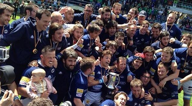Gorosito levanta junto a sus compañeros el trofeo que acredita al VRAC campeón de Copa