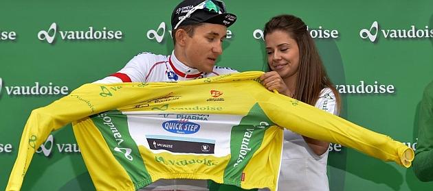 Kwiatkowski se enfunda el primer maillot amarillo del Tour de Romand�a 2014. / AFP