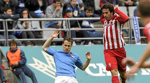 El extremo Jony firma como profesional del Sporting