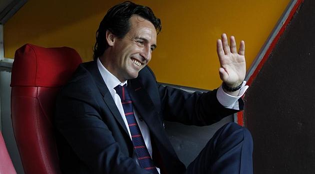 Emery saluda antes del �ltimo Sevilla-Elche. RAM�N NAVARRO