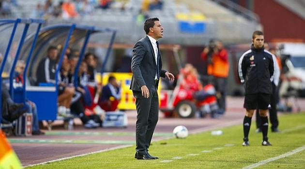Sergio Lobera, en la banda del Gran Canaria en el partido ante el Recre / Gerardo Ojeda (Marca)