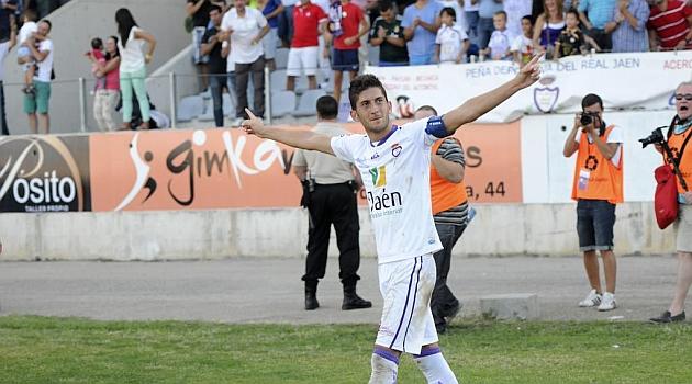 Fran Machado celebra un gol con la afici�n jiennense / Jos� Rojas (Marca)