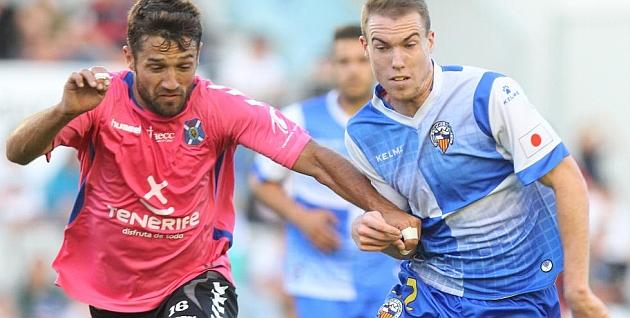 Clerc, durante el partido ante el Tenerife en la Nova Creu Alta / Joma (marca)