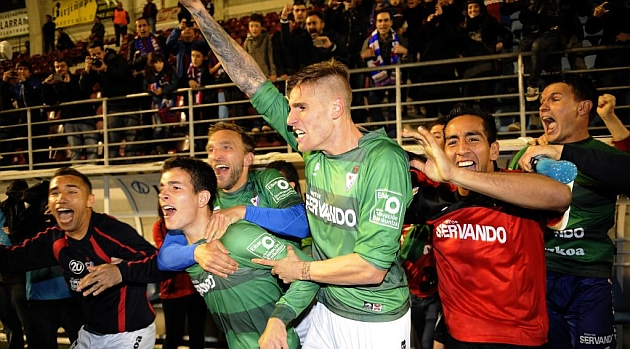 Los jugadores del Eibar celebran el ascenso en el césped de Ipurua tras la derrota de Las Palmas... casi una hora después de acabar su partido / Josune Martínez (Marca)