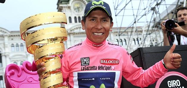 Nairo Quintana posa con su trofeo 'Senza Fine'. / Afp