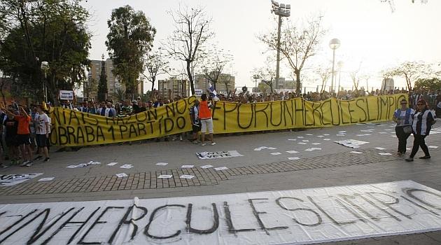 Pancartas y protestas de la afición del Hércules tras el partido / Manuel Lorenzo (Marca)
