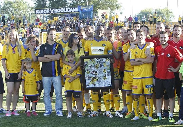 Babin recibió ayer un homenaje en su despedida del Alcorcón. FOTO: PABLO MORENO